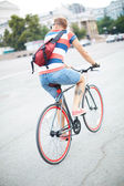 Bicyclist in the city — Stockfoto