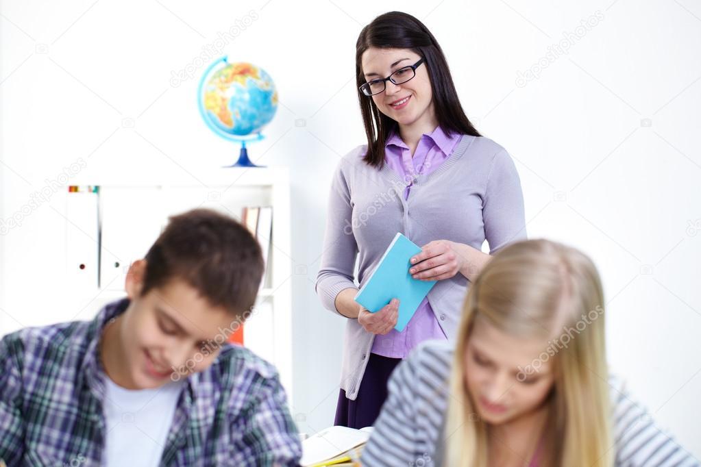девушка на уроке показывает