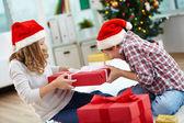 Intercambio de regalo — Foto de Stock