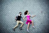 Casal na calçada — Fotografia Stock