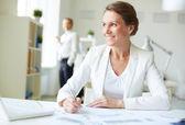 Geschäftsfrau am Arbeitsplatz — Stockfoto