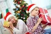 Děti s dárky — Stock fotografie
