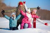 両親と楽しい winterwear の子供たち — ストック写真
