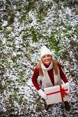 Smiling girl holding giftbox outside — Stok fotoğraf
