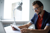 Hombre que trabaja en la oficina — Foto de Stock