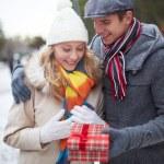 Giving present — Stock Photo