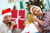 Barn med gåvor — Stockfoto