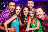 Människor i karaoke party — Stockfoto