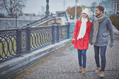 Couple walking in city — Stockfoto