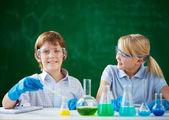 工作与化学液体的儿童 — 图库照片