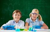 Niños que trabajan con líquidos químicos — Foto de Stock