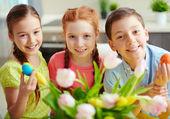 дети с пасхальными яйцами — Стоковое фото