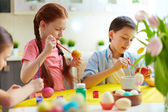 Preschoolers painting eggs — Stock Photo