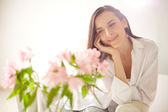 Lady looking at pink flowers — Stock Photo