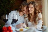 Coppia flirtare in ristorante — Foto Stock