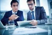Przedsiębiorcy dyskusji dokument — Zdjęcie stockowe
