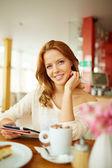 Kobieta w kawiarni — Zdjęcie stockowe