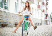 Frau auf fahrrad — Stockfoto