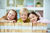Amigos jogando com tijolos de madeira — Fotografia Stock