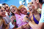 Friends singing at party — Stock fotografie