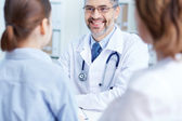 Practitioner speaking to patients — Stock Photo