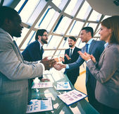 Business people congratulating colleagues — Stock fotografie