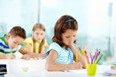 Schoolgirl at drawing lesson — Stockfoto