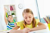 Schoolkinderen werken op les — Stockfoto
