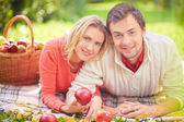 Young couple with ripe apples — Stock Photo