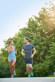 Young couple running — Stockfoto