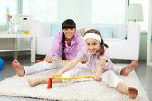 Küçük kız ve annesi germe egzersiz yaparak — Stok fotoğraf