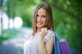 ショッピング バッグでハッピー ガール — Stock fotografie