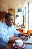 Man typing on laptop in cafe — Foto Stock