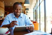Homem usando tablet digital no café — Foto Stock