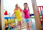 Meisjes plezier op Speeltuin — Stockfoto