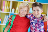 School friends with backpacks — Stockfoto