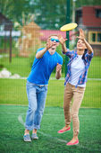 Couple playing with flying disc — Stockfoto
