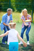 Family playing with flying disc — Stockfoto
