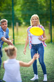 Family playing with flying disc — Foto de Stock
