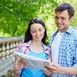 Travelers studying map — Photo