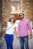 Young dates in hats and sunglasses — Stock Photo