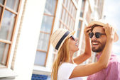 Girl and boyfriend in hats and sunglasses — Stockfoto