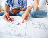 Couple during discussion of plan of flat — Foto de Stock