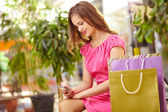 Shopper with cellphone — Stock Photo