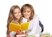 Madre e hija leyendo libros — Foto de Stock