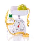 Scale di peso, misura, mela e bottiglia con aqua — Foto Stock