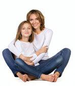 Anne ve kızı yere oturmak — Stok fotoğraf