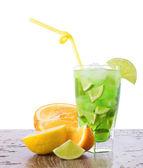 Mix rinfrescante con frutta tropicale — Foto Stock