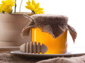 Closeup country still of honey and flowers — Stock Photo