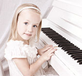 Bambina al pianoforte — Foto Stock